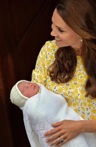 剛生產完的凱特王妃會做月子嗎?BBC報導給的答案是「不會」。(Photo credit should read JOHN STILLWELL/AFP/Getty Images)