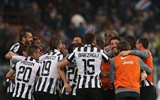 尤文图斯球员赛后庆祝提前4轮卫冕意甲联赛冠军。(MARCO BERTORELLO/AFP/Getty Images)