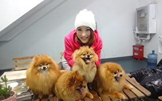 李娅莎与四只博美狗。(乐观音乐提供)