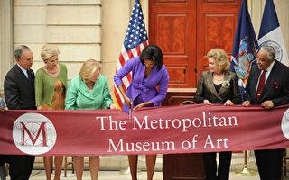 2009年,米歇尔‧奥巴马(Michelle Obama,中)为装修后的大都会博物馆剪彩。(STAN HONDA/AFP/Getty Images)