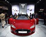 近日,著名电动汽车商特斯拉公司8月23日宣布,将会为S型和X型电动车升级电池组,让他们成为全球加速最快的车。图为特斯拉S型豪华电动车。 (JOHANNES EISELE/AFP/Getty Images)