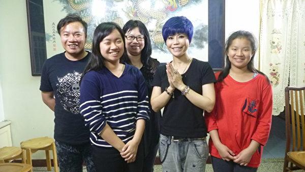 詹雅雯(右二)與受訪家庭合照。(公視提供)