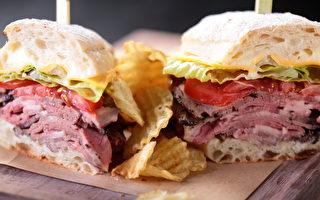 烤牛肉三明治搭配薯片(晶華酒店提供)