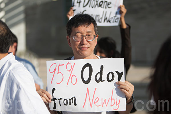 5月6日晚,南湾民众在圣荷西市府前举牌抗议纽比垃圾场扩容。(马有志/大纪元)