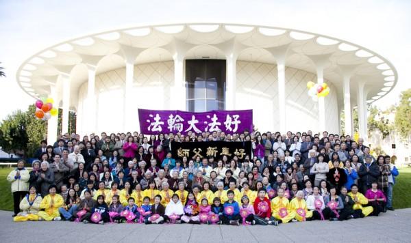 2013年中国新年前夕,洛杉矶法轮功学员聚集在加州理工学院大礼堂前,集体向李洪志师父拜年。(季媛/大纪元)