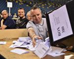 2015年英国大选投票已于当地时间晚间10点结束,点票工作随即开始。图为工作人员正在点票。 (Jeff J Mitchell/Getty Images)