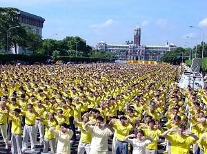 二零零三年十一月十五日,近万名法轮功学员在台湾总统府前集体炼功,呼吁公审江泽民,早日结束迫害。(明慧网)