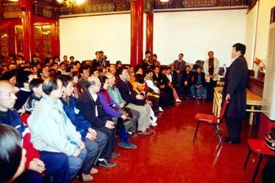 1996年11月2日,李洪志师父在北京法轮功国际法会上讲法。北京地坛公园方泽轩。(明慧网)