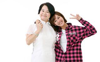 孟耿如(右)在节目制作单位的协助下,赶在母亲节献出她人生第一件制作的衣服给妈妈。(中天提供)