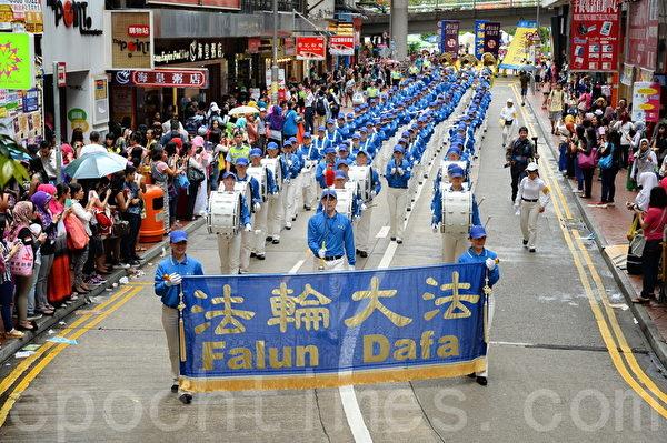 5月10日下午,香港大约500名法轮功学员在天国乐团的领头下,从铜锣湾维园起步,游行到西环的中山公园,庆祝法轮大法洪传23周年,沿途吸引大批中外民众观看和拍照。(宋祥龙/大纪元)