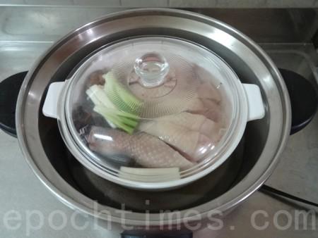 電鍋可以輕鬆的完成料理。(彩霞/大紀元)