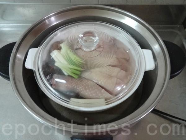 盖上锅盖后放入蒸笼或电锅,隔水蒸约40分钟,骨酥肉烂即成。(彩霞/大纪元)