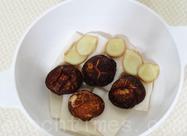 竹笋、香菇和姜铺在锅底。(彩霞/大纪元)