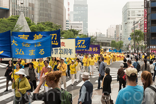 5月9日,日本法輪功學員在東京集會遊行慶祝「世界法輪大法日」並向李洪志大師問候生日快樂。(遊沛然/大紀元)