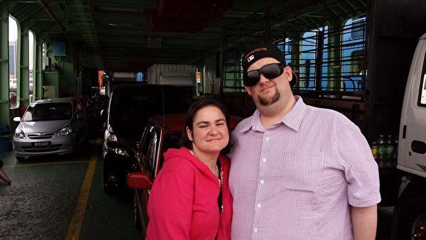 汉斯‧利内什和妻子在槟城港口。(Courtesy of Hans Lienesch)