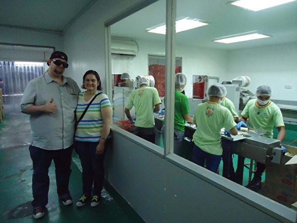 汉斯‧利内什与妻子参观马来西亚槟城白咖喱面的生产厂家。(Courtesy of Hans Lienesch)