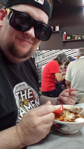 汉斯‧利内什在马来西亚槟城品尝街头小吃。(Courtesy of Hans Lienesch)
