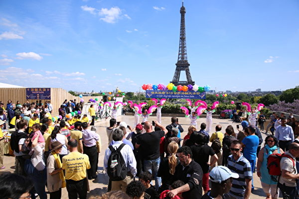 5月10日,法國部分法輪功學員齊聚在巴黎的埃菲爾鐵塔前的人權廣場,通過集體煉功、演奏音樂和表演中國傳統舞蹈等形式,慶祝法輪大法洪傳世界23週年,吸引了眾多遊客駐足觀看。(大紀元)