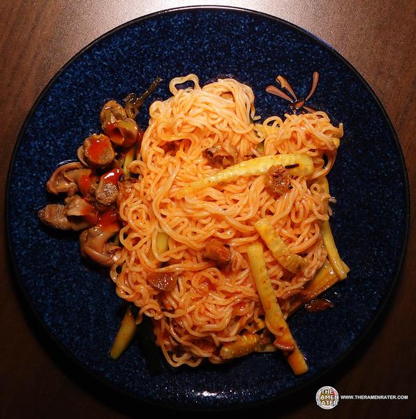 拉面评家博客菜谱中介绍的韩式煮玉螺拌面,原料包括八多干拌面、黄瓜、罐头玉螺、豆瓣辣酱和香油。(Courtesy of Hans Lienesch)