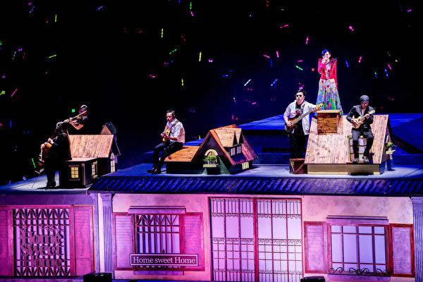 梁静茹(上)上周六(5月9日)在北京浪漫开唱,许多舞台机关令人目不暇给。(环球提供)