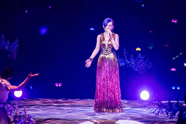 梁静茹(中)上周六(5月9日)在北京浪漫开唱,许多舞台机关令人目不暇给。(环球提供)
