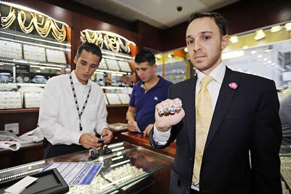 Mike Nekta先生是Leon Diamond珠寶的第3代經營者,是在珠寶行業有十幾年從業經驗的鑽石專家。(Leon Diamond提供)
