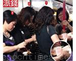一批「全球華人反x教聯盟香港分部」成員,在港鐵車廂內分發現鈔。(蔡雯文∕大紀元)