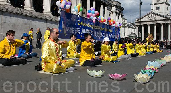 英国法轮功修炼者在伦敦中使馆前炼功。(罗元/大纪元)