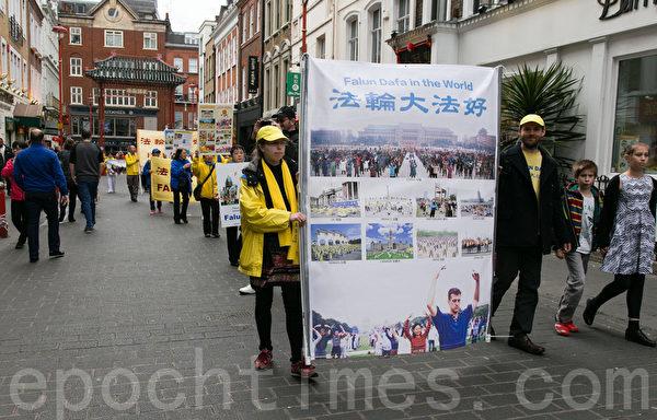 法轮功修炼者从中使馆游行到伦敦中国城。(罗元/大纪元)