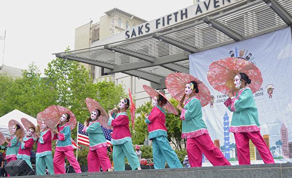 臺北華岡藝校帶來的傳統舞蹈。(楊帆/大紀元)