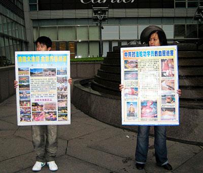 台湾王惠贞母子利用假日到景点讲法轮功真相。(明慧网)