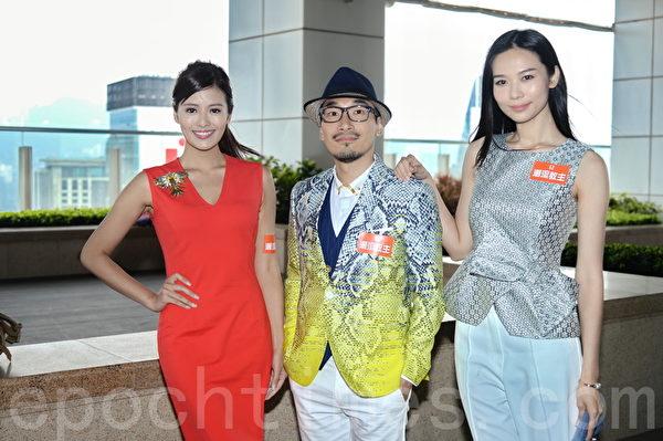 许亦妮(左1)和杨秀惠(右1)在尖沙咀拍摄《潮流教主》外景。(宋祥龙/大纪元)