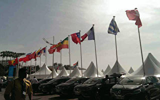 坎城影展13日揭幕,同时电影市场展也正展开,中华民国国旗与其他参展国家国旗,飘扬在蔚蓝海岸。 (国家电影中心提供)