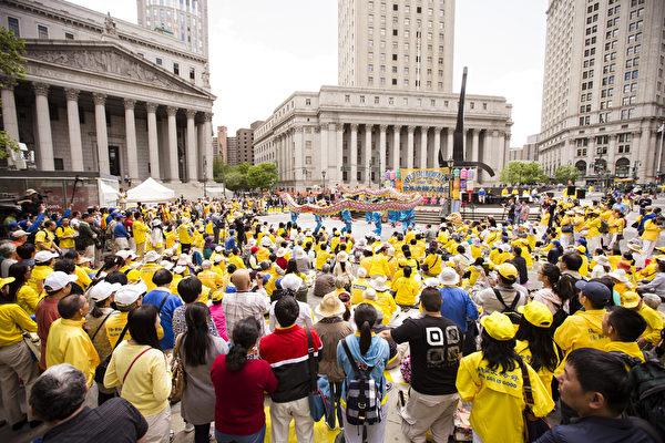 5月13日,法輪功學員在紐約富利廣場演出慶祝第16屆「世界法輪大法日」(愛德華/大紀元)