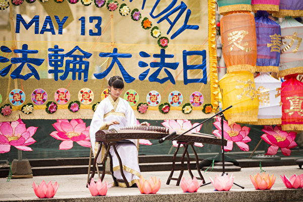 5月13日,法輪功學員在紐約富利廣場演出慶祝第16屆「世界法輪大法日」。(愛德華/大紀元)