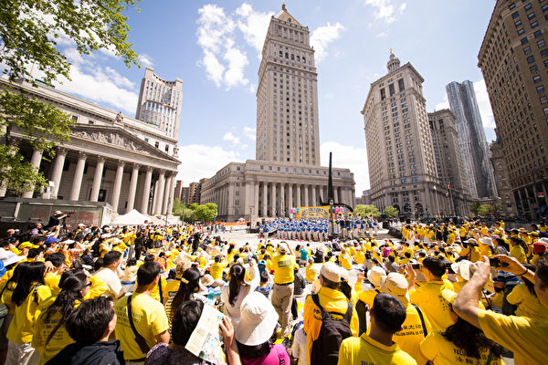 5月13日,法輪功學員在紐約富利廣場演出慶祝第16屆「世界法輪大法日」。(戴兵/大紀元)