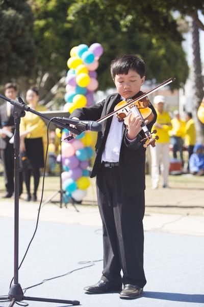 小弟子演奏小提琴。(季媛/大紀元)
