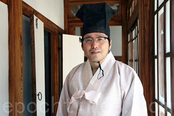 5月13日,韓國建國大學舉行外國留學生成人禮。圖為建國大學博物館學藝室長朴晢晄。(全宇/大紀元)