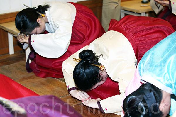 5月13日,韓國建國大學舉行外國留學生成人禮。(全宇/大紀元)