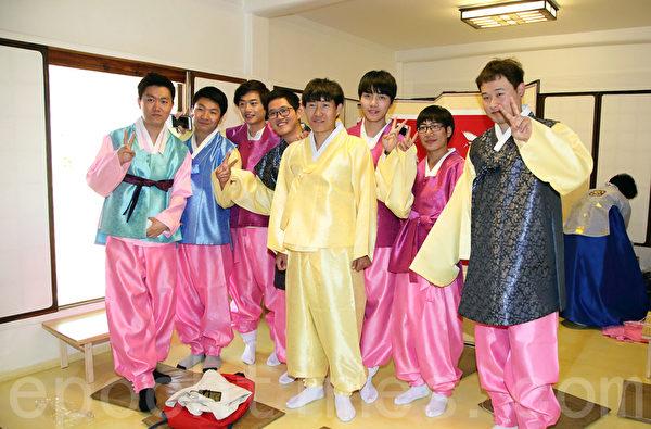 5月13日,韓國建國大學舉行外國留學生成人禮。圖為中國留學生合影。(全宇/大紀元)