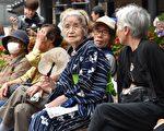 WHO報告稱,目前全球人口的平均壽命為71歲,其中日本人平均壽命為84歲,為最長壽國家。圖為2014年9月15日,日本老人在東京一座寺廟旁休息。(YOSHIKAZU TSUNO/AFP/Getty Images)