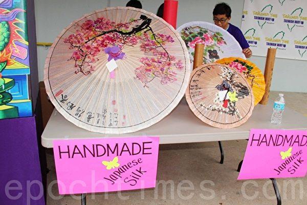 第二屆的「Taiwan Yes台灣夜市」小吃美食園遊會上展示的手工絲製傘。(易永琦/大紀元)