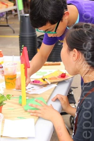 第二屆的「Taiwan Yes台灣夜市」小吃美食園遊會上的遊戲活動。(易永琦/大紀元)