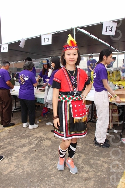 第二屆的「Taiwan Yes台灣夜市」小吃美食園遊會上身著台灣傳統民俗服裝的姑娘。(易永琦/大紀元)