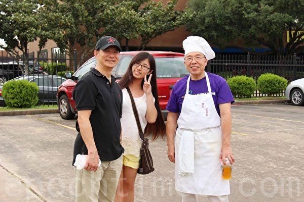 第二屆的「Taiwan Yes台灣夜市」小吃美食園遊會上,美台灣公共事務會副會長郭正光(右)親自烹飪台灣美食。(易永琦/大紀元)