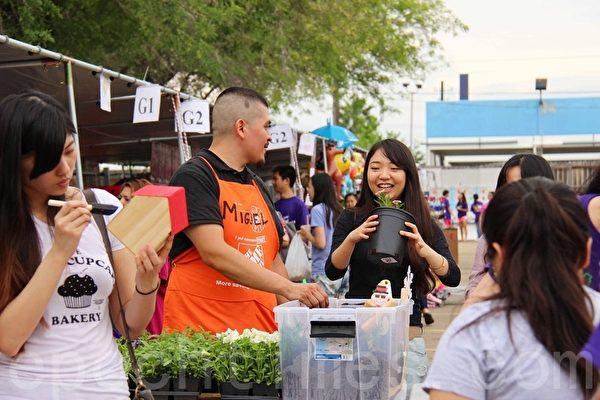 2015年4月18日星期六,第二屆的「Taiwan Yes台灣夜市」小吃美食園遊會上的花圃攤位。(易永琦/大紀元)