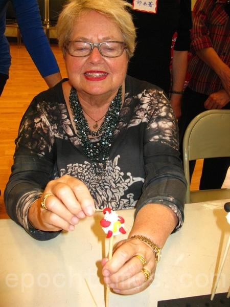 麻州眾議員Kay Khan女士學做捏麵玩偶。(馮文鸞/大紀元)