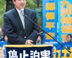 2015年5月15日,8千法轮功学员在纽约联合国附近集会声援2亿华人退出中共组织。图为法轮大法学会发言人张而平。(马有志/大纪元)