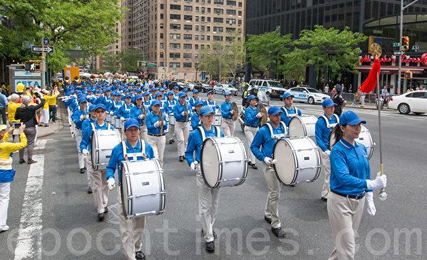 """2015年5月15日,8千多法轮功学员在纽约举行游行,声援2亿中国人三退。图为游行第一方阵""""天国乐团""""。(马有志/大纪元)"""