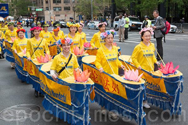"""2015年5月15日,8千多法轮功学员在纽约举行游行,声援2亿中国人三退。图为游行第一方阵""""法轮大法好""""-法船。(马有志/大纪元)"""